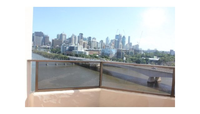 A spacious Brisbane Apartment 5 mins walk to city and restaurants
